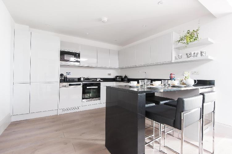 immaculate kithcen with breakfast bar in London Devonshire Place luxury apartment, Regency Park