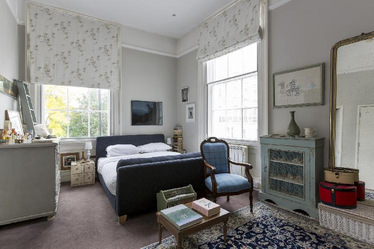 beautiful, homey bedroom with a veiw in London Chepstow Road IV luxury apartment