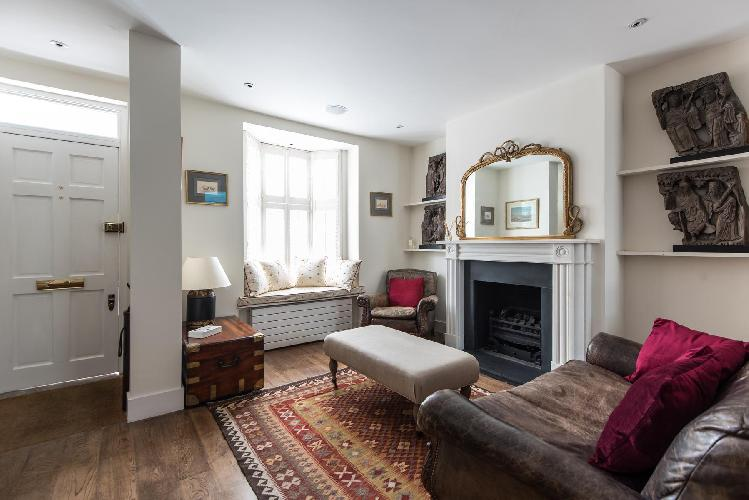 charming and chic multilevel London Donne Place luxury apartment and vacation rental near South Kens
