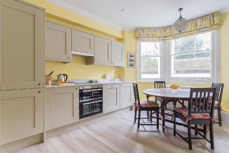 sunny and airy dining room and kitchen in London Elm Park Gardens XI luxury apartment and holiday ho