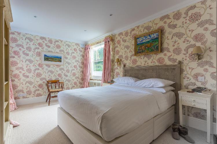 pretty bedroom in London Elm Park Gardens XI luxury apartment