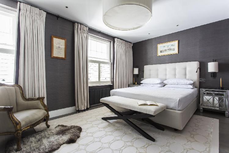 beautiful bedroom of London Laverton Mews luxury apartment