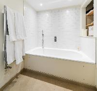bathroom with tub in London Apartment 3485 luxury apartment