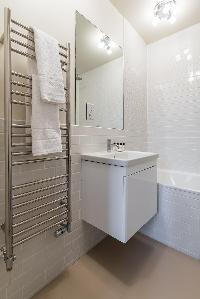 clean bathroom with tub in London Airlie Gardens IV luxury apartment
