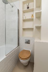 nice toilet in London Airlie Gardens IV luxury apartment