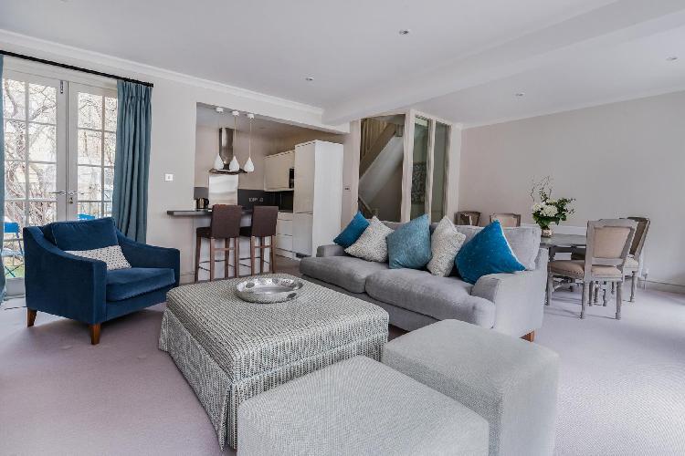 spacious London Kensington Park Mews luxury apartment