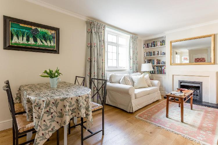 delightful dining area in London Kynance Mews luxury apartment