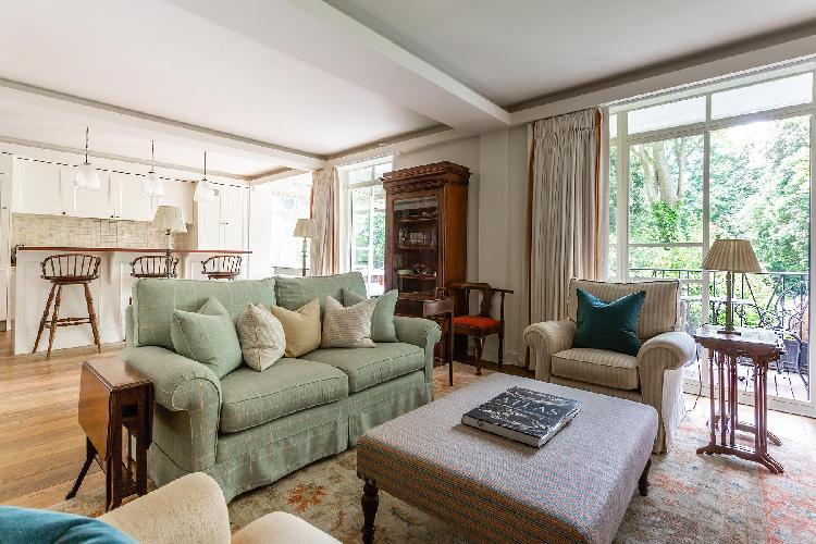 sitting room with a terrace in London Airlie Gardens V luxury apartment