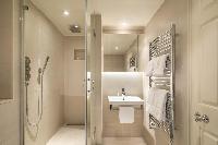 fresh and clean bathroom in London Brick Street luxury apartment