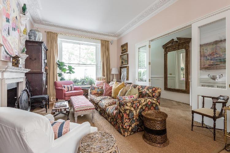corniced ceiling and light-pink walls of the parlor in London Brunswick Gardens II luxury apartment