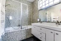 neat and fresh bathroom with tub in Paris - Rue Laplace luxury apartment