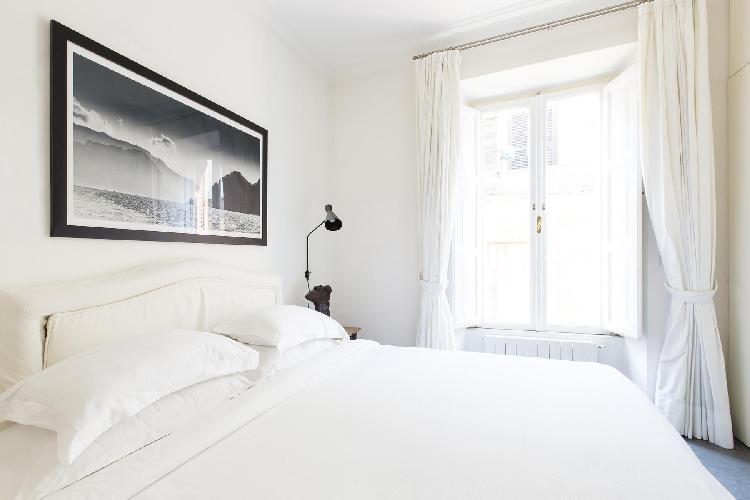 neat and fresh bedding in Rome - Via del Cardello luxury apartment
