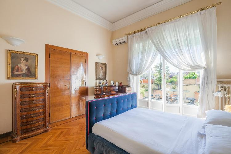 awesome bedroom with balcony at Rome - Via Lucullo luxury apartment