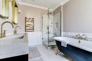 awesome freestanding bathtub in Notre Dame - Fleurs luxury apartment