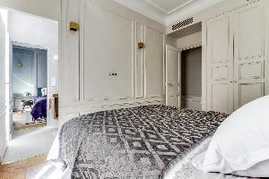 crisp and clean bed sheets in Notre Dame - Fleurs luxury apartment