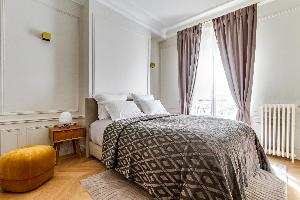 fresh and clean bedroom linens in Notre Dame - Fleurs luxury apartment