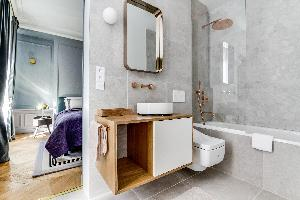cool en-suite bathroom in Notre Dame - Fleurs luxury apartment