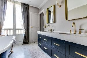 neat and nifty bathroom in Notre Dame - Fleurs luxury apartment