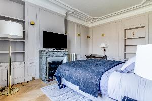 clean and fresh bedroom linens in Notre Dame - Fleurs luxury apartment
