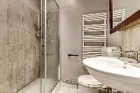 clean bathroom of Port Royal - Les Gobelins luxury apartment