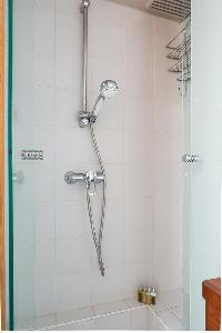 invigorating shower in Eiffel Tower - Avenue de la Motte-Picquet luxury apartment