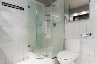 refreshing rain shower in Eiffel Tower - Avenue de la Motte-Picquet luxury apartment