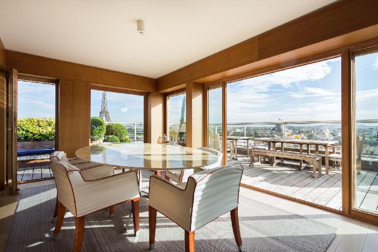 bright and breezy Eiffel Tower - Avenue de la Motte-Picquet luxury apartment