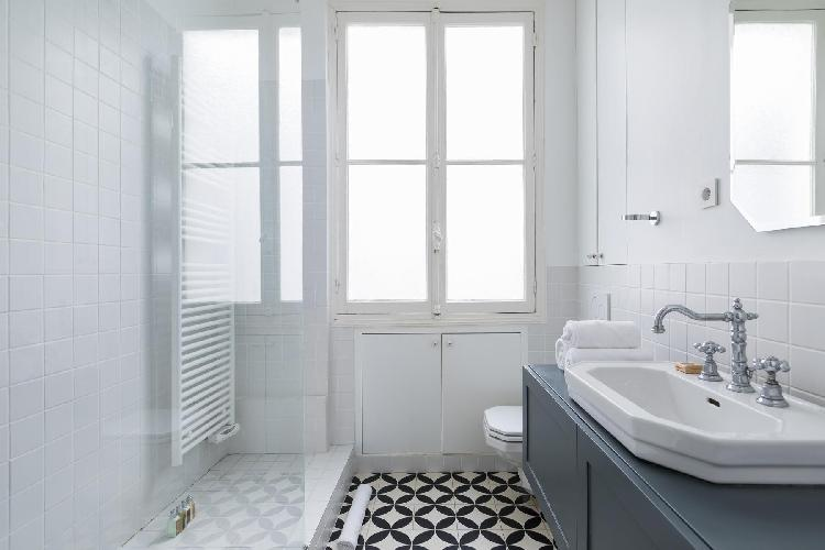 spic-and-span bathroom in Saint-Germain-des-Prés - Rue Sainte-Beuve luxury apartment