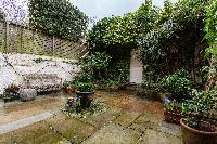 lovely and lush courtyard of London - Ebury Street luxury apartment