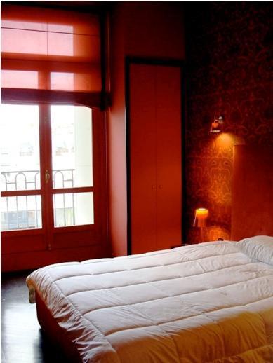 snug bedroom of Tour Eiffel - Place des Etats Unis luxury apartment