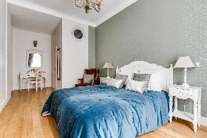 fresh and clean bedroom linens in Marais - Francs Bourgeois luxury apartment