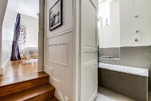 relaxing bathtub in Marais - Francs Bourgeois luxury apartment