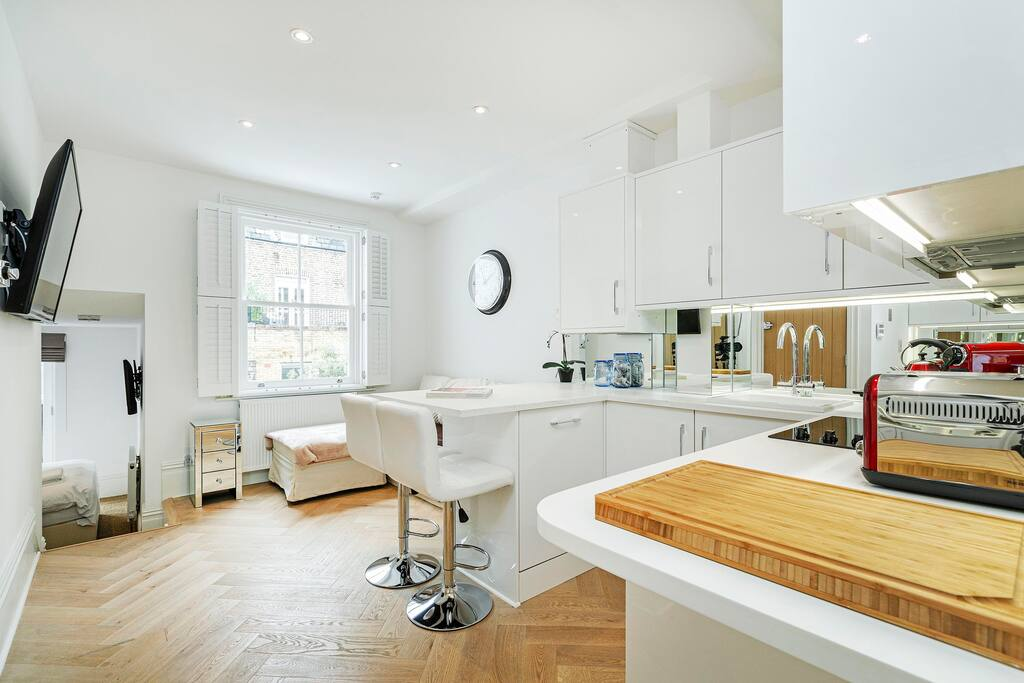 Luxury 2 bed First Floor Flat in Parsons Green