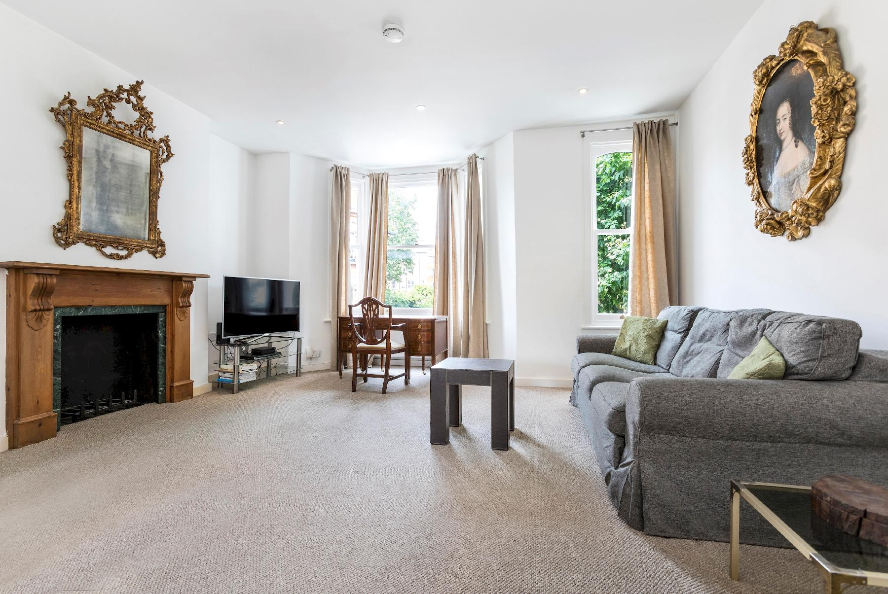 Traditional Chelsea Maisonette with 2 bedrooms and wonderful views of the river