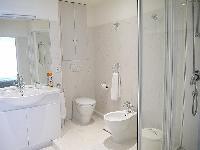 clean and fresh bathroom in Tour Eiffel - Suffren luxury apartment