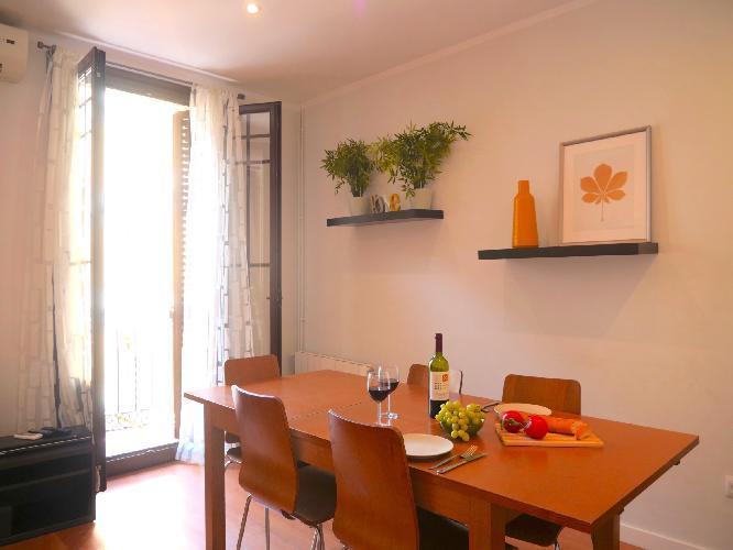 (T136) BARCELONA | BRIGHT FAMILY APT W/ BALCONY FOR 8¤