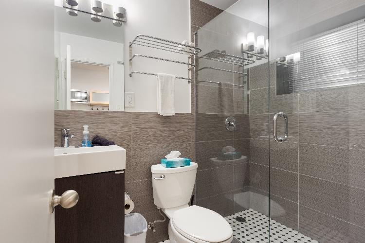 Chic Premium Studio Apartment (F) - Includes Weekly Cleanings w/ Linen Change