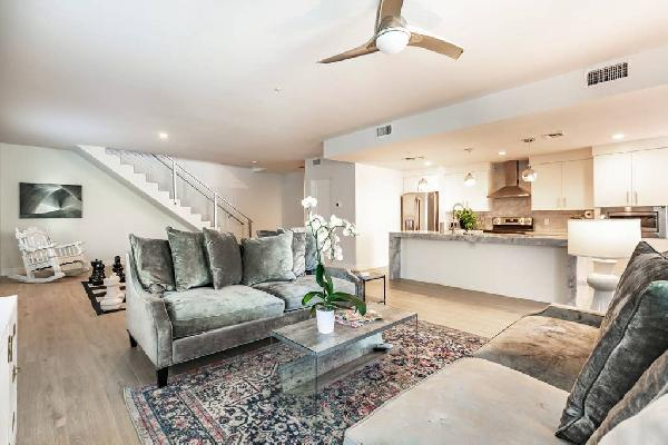 City luxury oasis 3 level condo with 360 degree roof