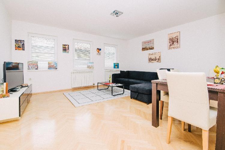 Bright apartment with HUGE GARDEN & FREE GARAGE