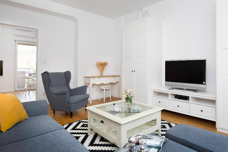 2BDR Design Apartment with Beautiful Terrace View