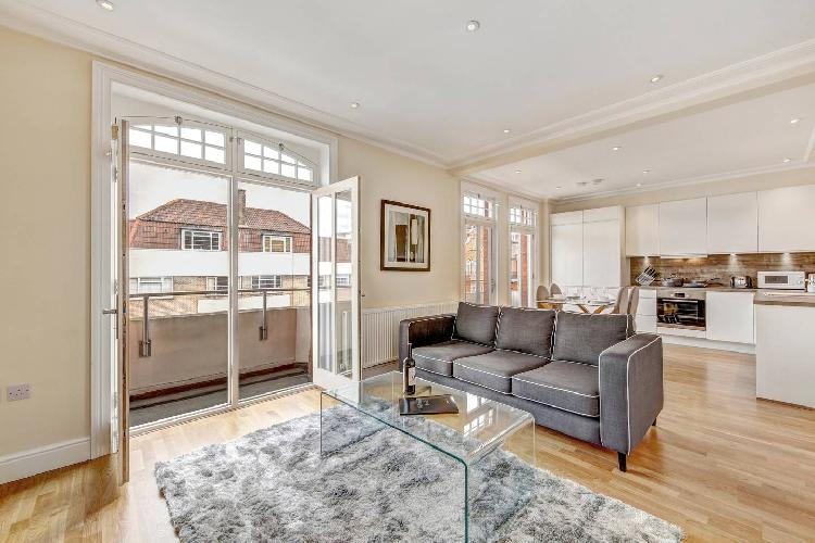 Immaculate 2 Bed Apt with Balcony in Hammersmith