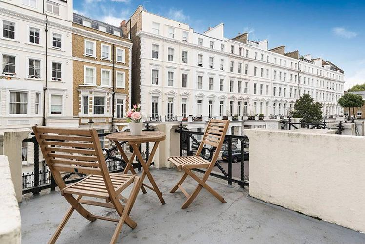 Bright 2 Bed Apartment with Terrace in Kensington