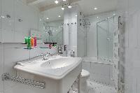 spic-and-span bathroom in Notre Dame - Colbert Suite luxury apartment
