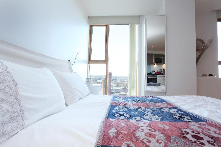 Candle House · Desirable Studio with Stunning View by the Station