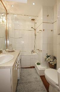 bathroom with a toilet, a sink, and a bathtub with a detachable shower head
