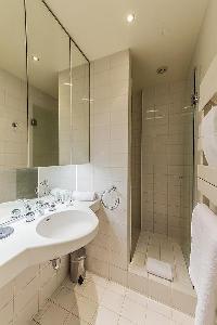 fresh and neat bathroom in Tour Eiffel - Trocadero Albert de Mun