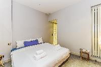 clean and crisp bedroom linens in Tour Eiffel - Trocadero Albert de Mun