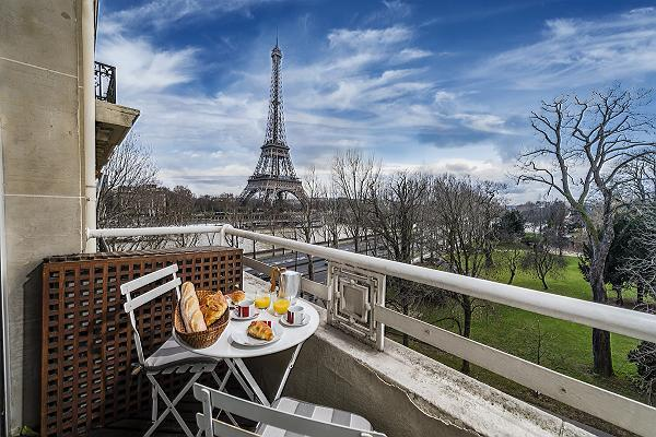 awesome view of the Eiffel Tower from the balcony of Tour Eiffel - Trocadero Albert de Mun