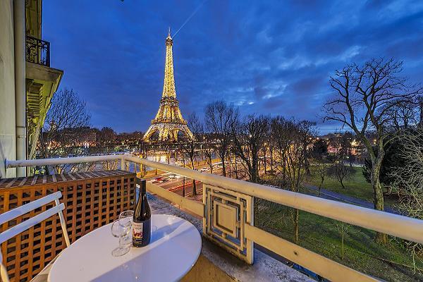 amazing view of the Eiffel Tower from Tour Eiffel - Trocadero Albert de Mun