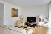 large TV in Trocadero - Poincare luxury apartment